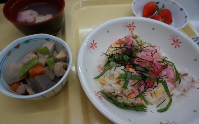 桃の節句行事「サラダ寿司」