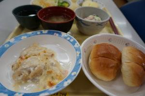 白身魚のグラタン風とロールパン