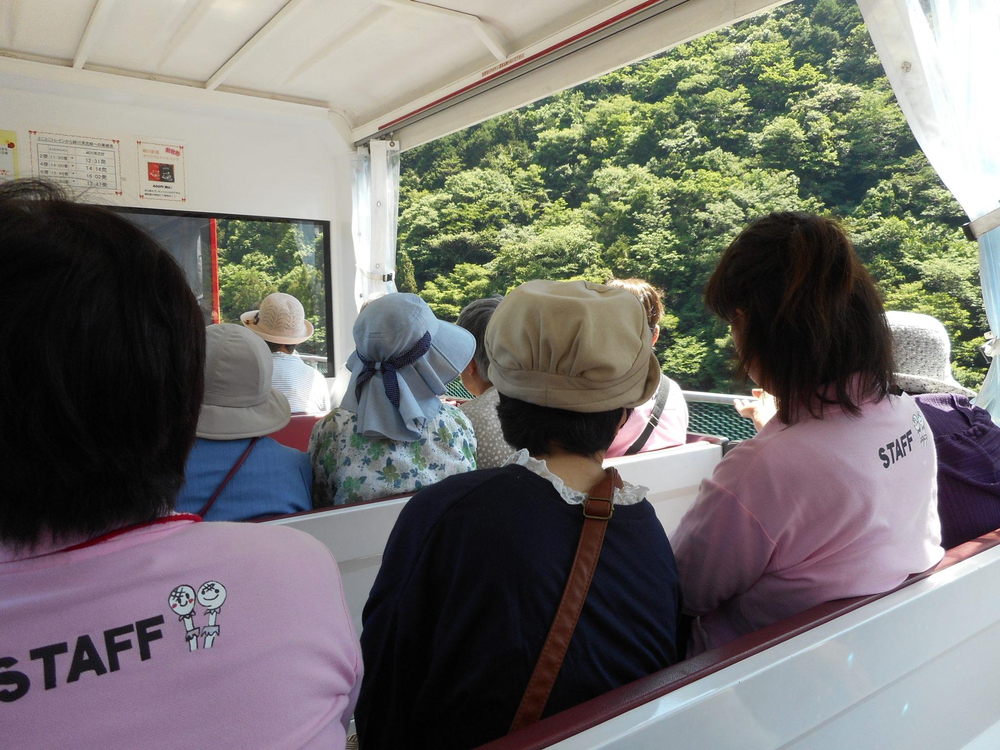女性バス旅行